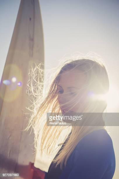 blonde surfer frau am strand - blond frauen strand stock-fotos und bilder