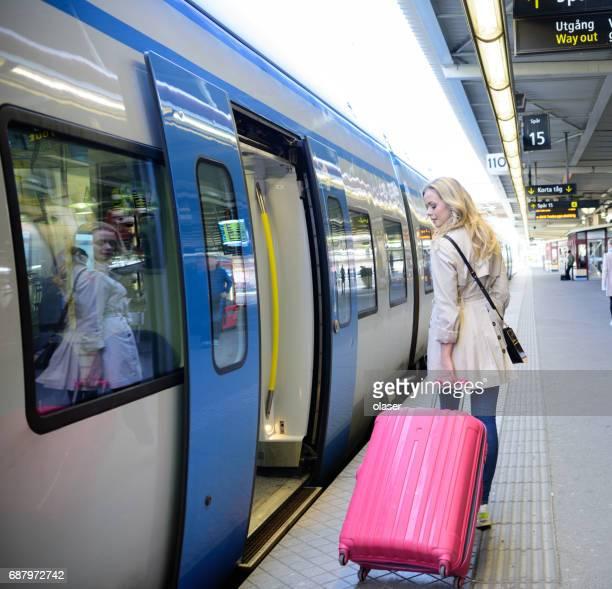 Blonde Zweedse vrouw verlaten commuter metro