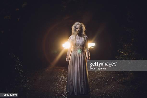白いドレスで金髪の魔女