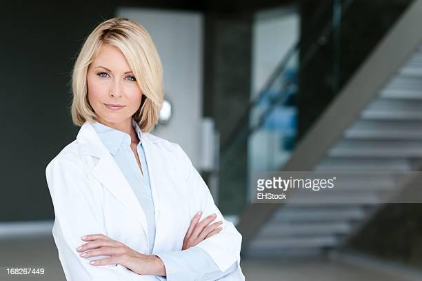 Blonde Frau Arzt im Büro