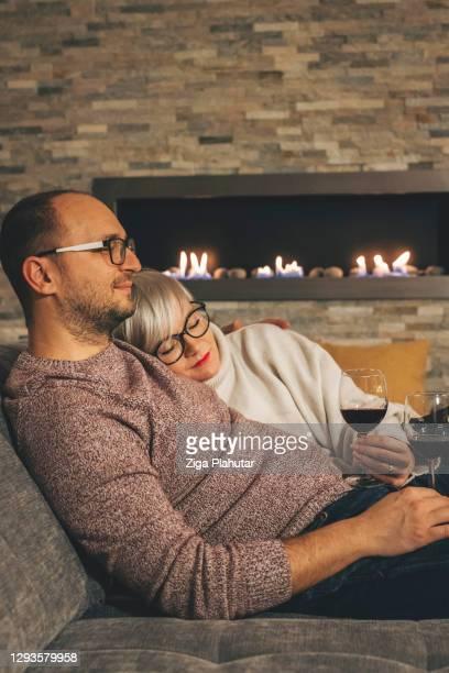 blonde vrouw die op haar echtgenoot op de vooravond van nieuwjaar in slaap valt - 30 39 years stockfoto's en -beelden