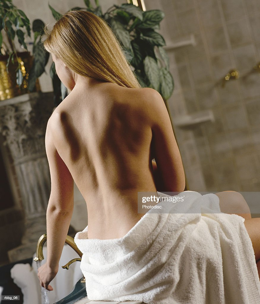 blonde woman getting ready to take a bath : Stockfoto