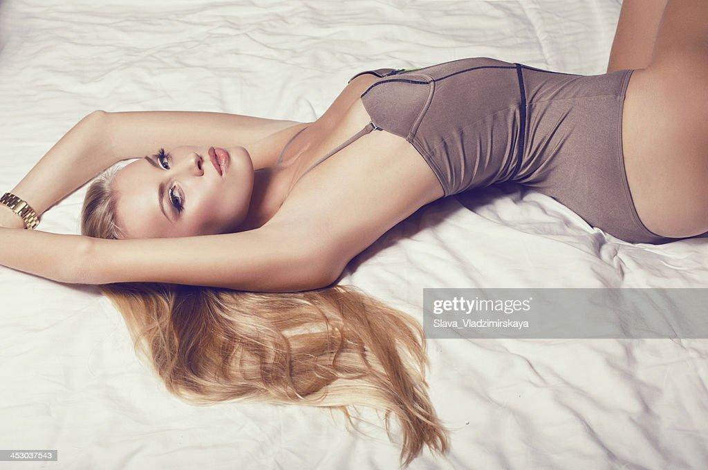 美しい金髪の女性のランジェリー : ストックフォト