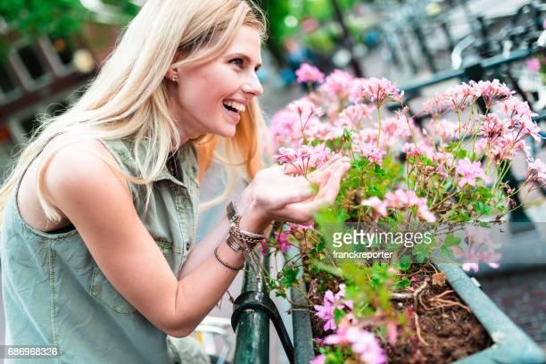 blonde Frau, riechen die Blumen in amsterdam