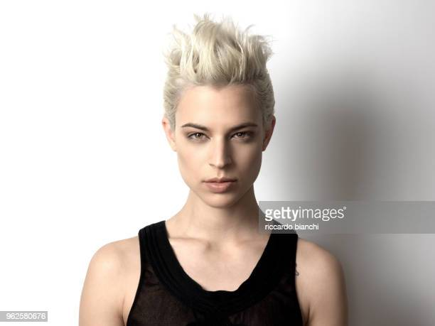 blonde woman with short hair and honey-colored eyes looks - cabelo curto comprimento de cabelo - fotografias e filmes do acervo