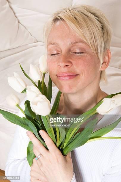 "rubia mujer con tulipas blanco. - ""martine doucet"" or martinedoucet fotografías e imágenes de stock"