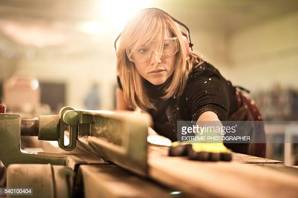 Blondine Frau, die mit Plank