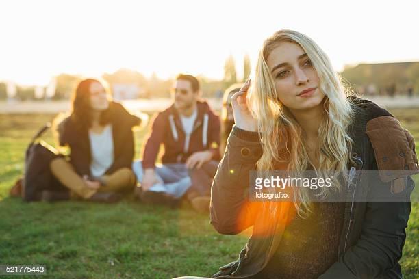 blonde Junge Frau Porträt vor kleine Gruppen