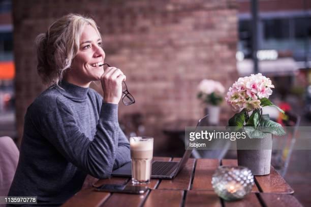 blondie vrouw denken wat te doen. - oplossing stockfoto's en -beelden