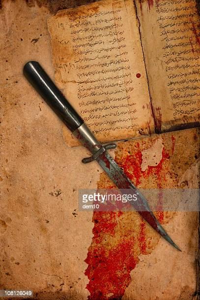 Blut bedeckt Messer auf antike alte Papier und buchen