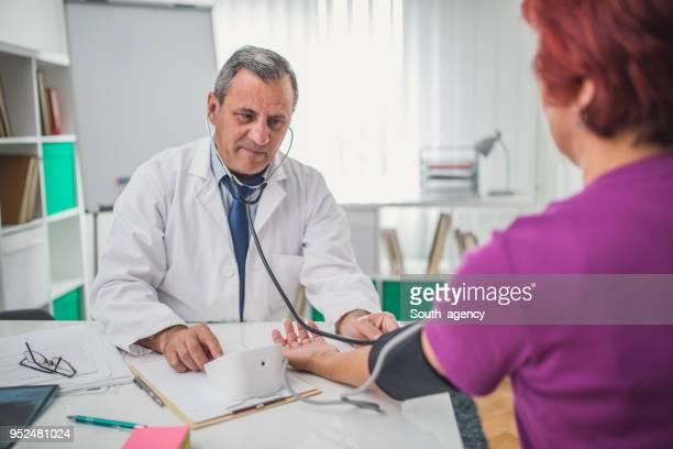 control de la presión arterial - cardiólogo fotografías e imágenes de stock