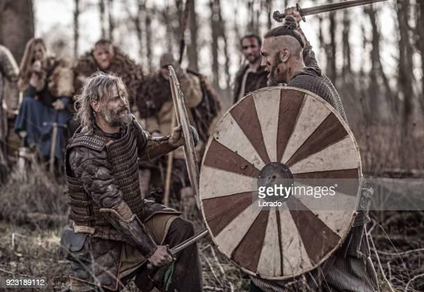 Bloedige viking krijgers op een winter slagveld forest