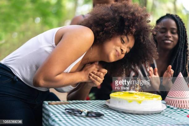 soprar a vela de aniversário na festa de aniversário - soprando - fotografias e filmes do acervo