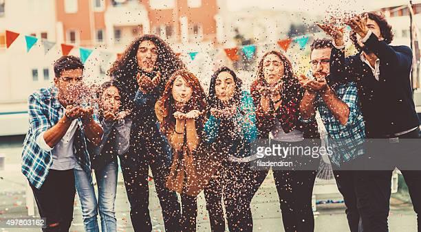 Blasen Konfetti auf Party