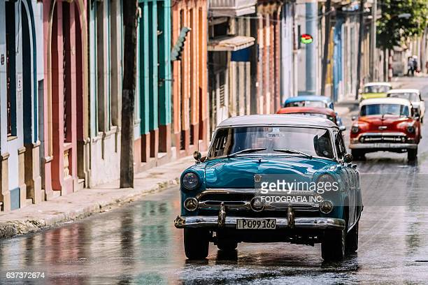 blue american in havana - habana vieja fotografías e imágenes de stock