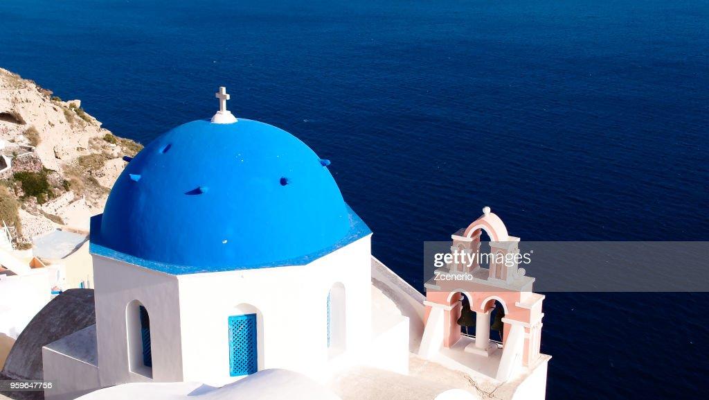 A blue and white church at Oia village look out to Aegean sea on Santorini island, Mediterranean, Greece : Stock-Foto