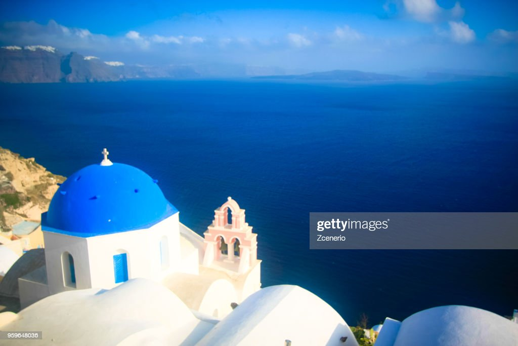 A blue and white church at Oia village look out to Aegean sea on Santorini island, Mediterranean, Greece : Stock-Foto