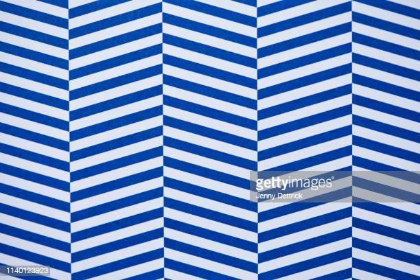 blue and white striped pattern - à rayures photos et images de collection