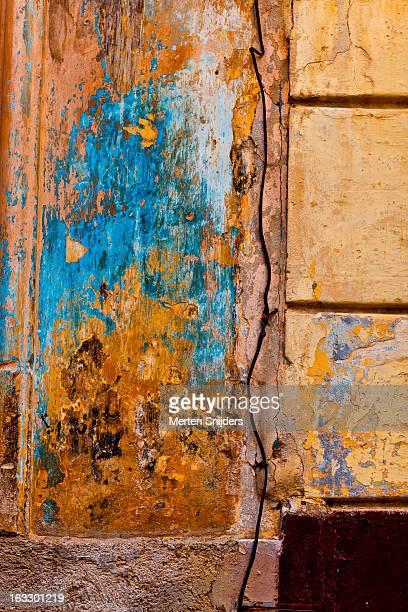 blue and yellow eroded spots on old wall - merten snijders stockfoto's en -beelden