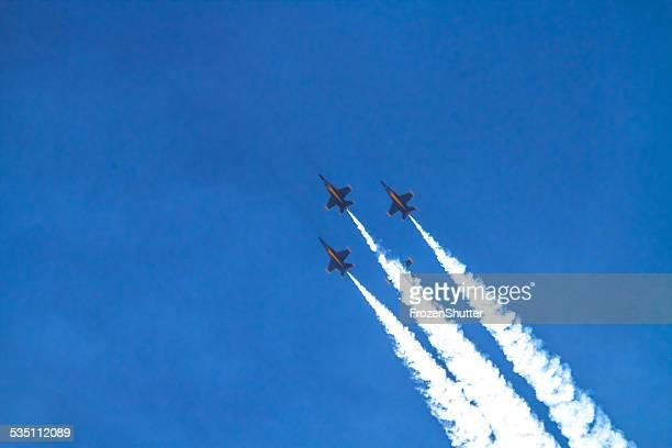 米国ネイビーブルーエンジェルズ爆撃 - 航空ショー ストックフォトと画像