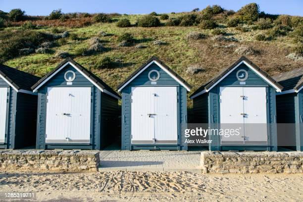 blue beach huts in a row. - プール市 ストックフォトと画像