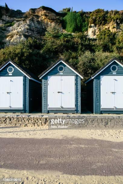 blue beach huts in a row. - プール湾 ストックフォトと画像