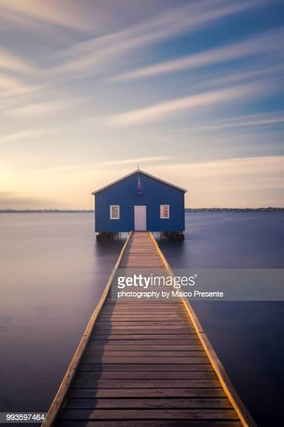 blue boat house - perth australie photos et images de collection