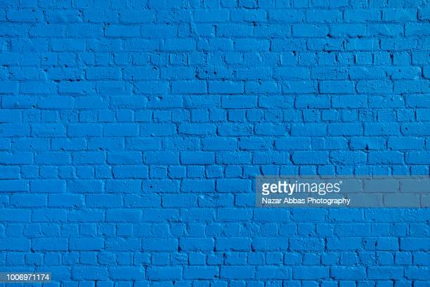 blue brick wall background. - bleu photos et images de collection