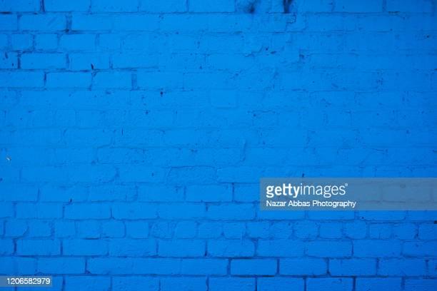 blue brick-wall background. - bleu roi photos et images de collection