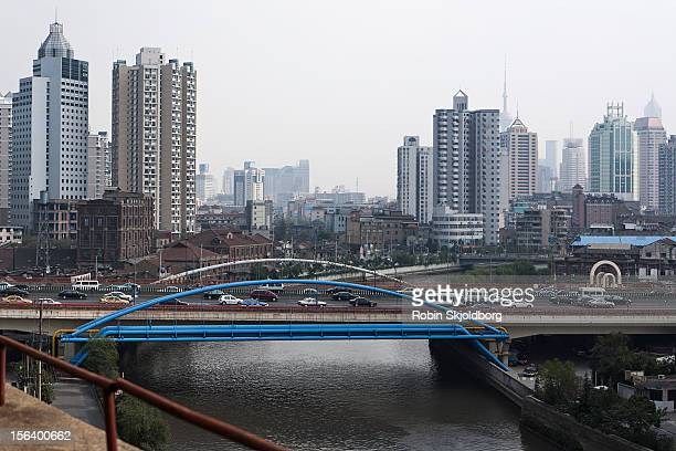 blue bridge over river skyscrapers in background - robin skjoldborg stock pictures, royalty-free photos & images