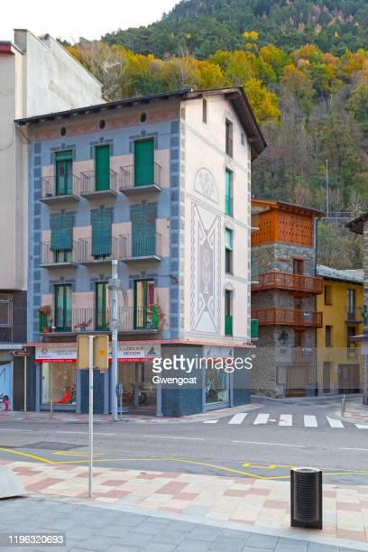 blauw gebouw bedekt met fresco in les escalde - gwengoat stockfoto's en -beelden