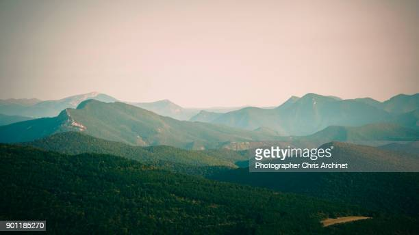 blue by the mountains - horizon stockfoto's en -beelden