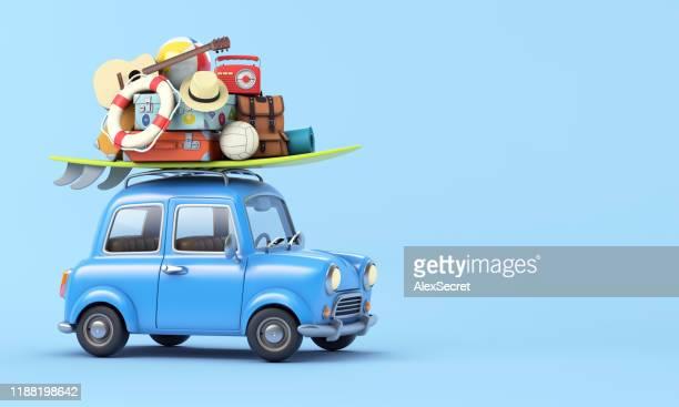 carro azul com bagagem no telhado pronto para férias de verão - tridimensional - fotografias e filmes do acervo