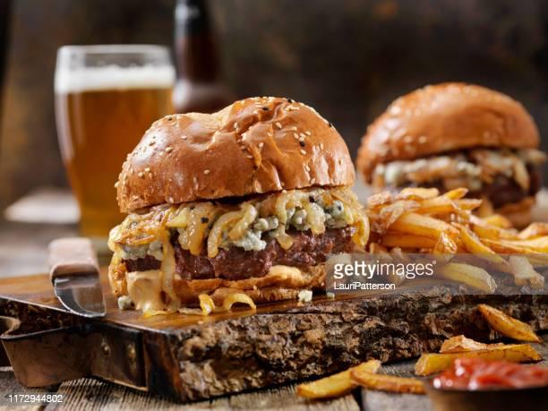 queijo azul e hambúrguer de venison de cebola grelhada (alces) com batatas fritas - carne de cervo - fotografias e filmes do acervo