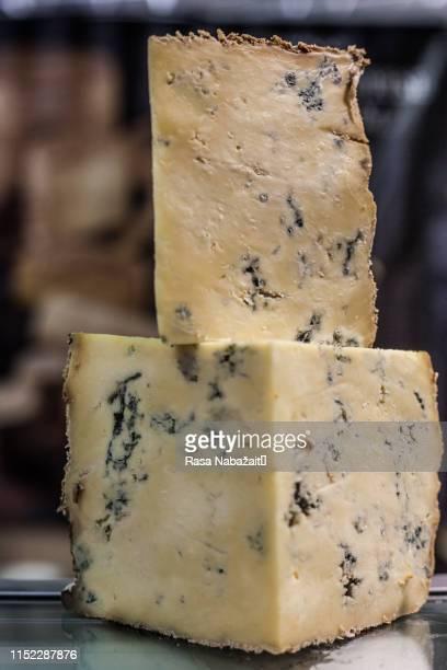 blue cheese - blauwschimmelkaas stockfoto's en -beelden