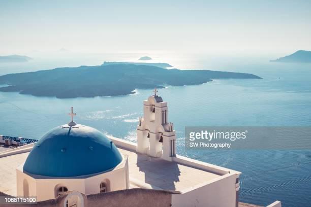 blue church located in santorini island, greece - cupola stockfoto's en -beelden