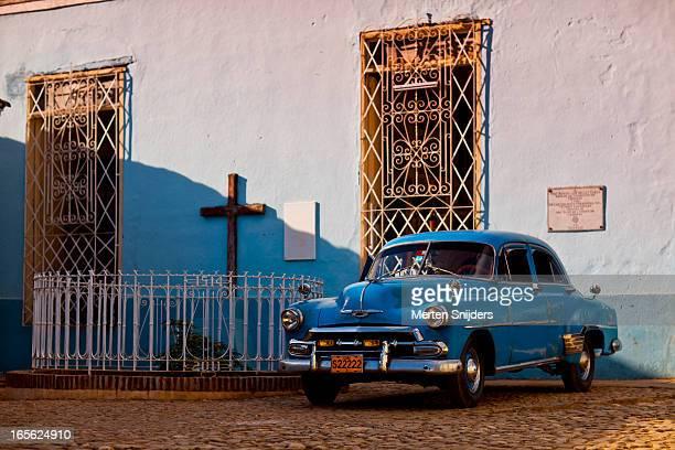 blue classic car at depiction of christianity - merten snijders stockfoto's en -beelden