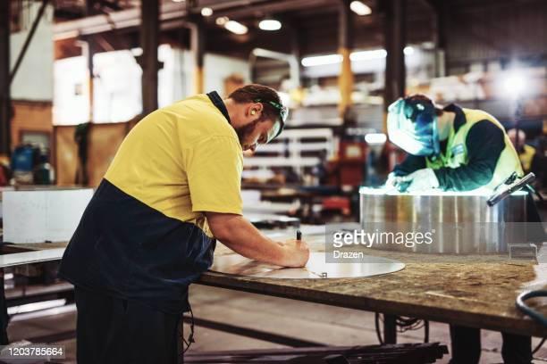 trabalhadores de colarinho azul na indústria - soldagem e corte de metais - cultura australiana - fotografias e filmes do acervo