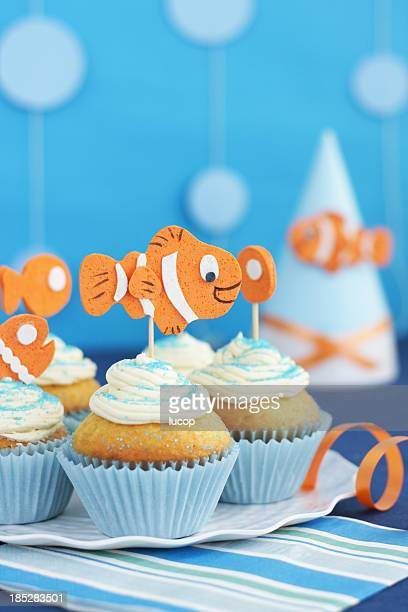 Blue cupcakes mit Vanille-Glasur, dekoriert mit orange Fische