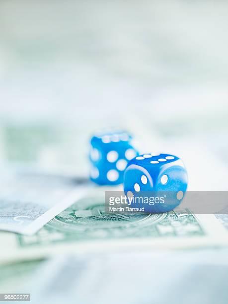 Blaue Würfel auf Haufen von dollar-Banknoten