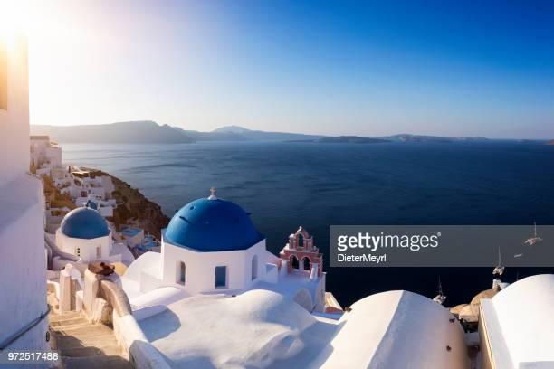 iglesia con cúpula azul en oia, santorini - oia santorini fotografías e imágenes de stock