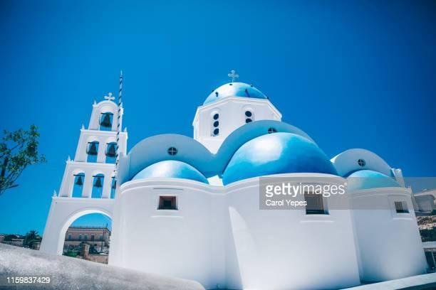blue domes of orthodox church in  santorini island, greece - kuppel stock-fotos und bilder