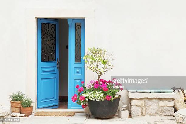 blue door und Blume Töpfen mit gepolsterten Sitzbank Fassade Kroatien