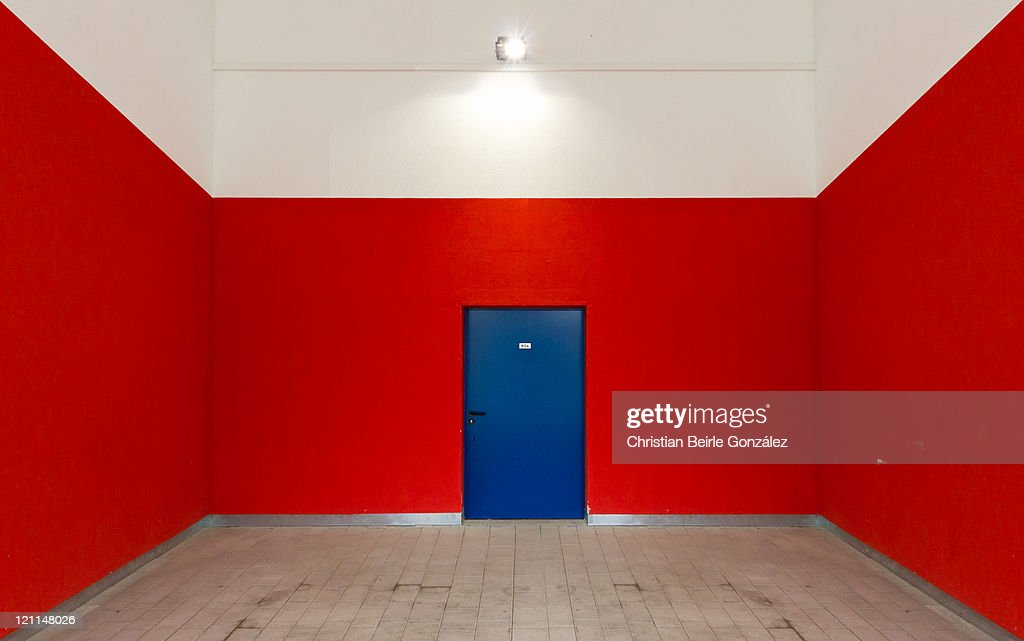 Blue door and red wall : Stock-Foto