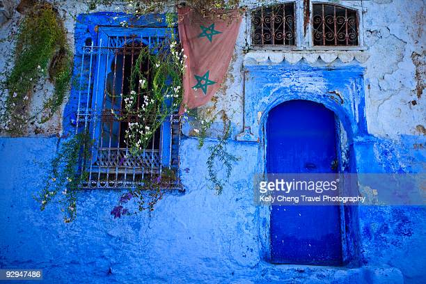 blue door and windows - chefchaouen photos et images de collection