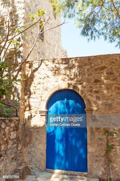 blue door in monemvasia, greece - monemvasia - fotografias e filmes do acervo