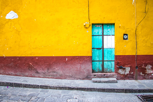 A blue door on a painted wall in San Miguel de Allende, Mexico. - gettyimageskorea