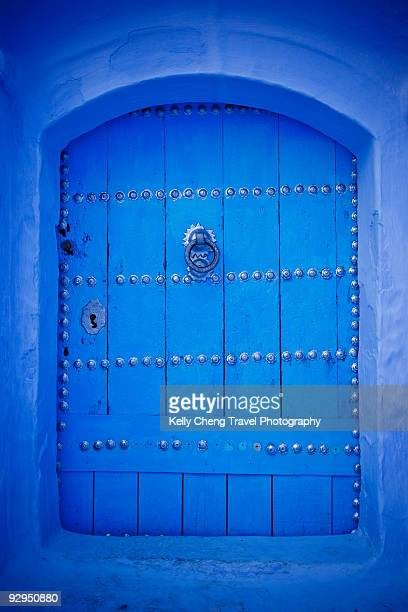 blue door - chefchaouen photos et images de collection