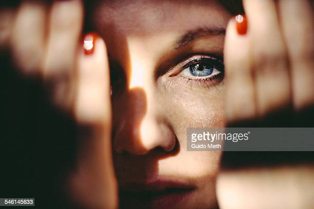 blue eye of beautiful woman. - verlegen stockfoto's en -beelden