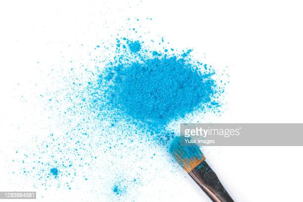 blue eyeshadow powder with brush applicator - アイシャドウ ストックフォトと画像